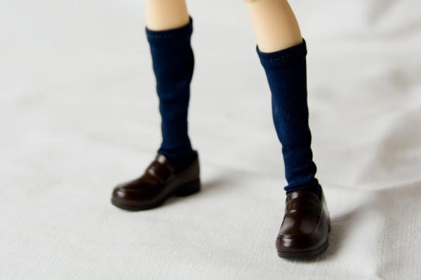 足元アップ。ソックスもパンツと同じような伸縮性の素材でできている。着脱は簡単だが、少し緩めでブカブカしているかも。上までしっかり伸ばせばピンと張ってくれる。靴も足首を伸ばせば簡単に着脱可能。